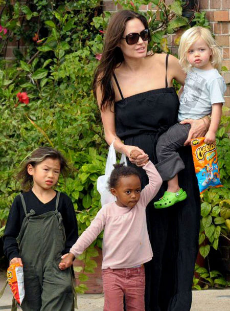Angelina Jolie med famile. Foto: